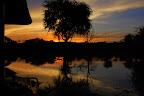 Solnedgang ved floden - endnu en dag er ved at være slut.