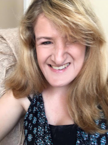 Picture of Ellen, who is looking for a flatmate. She has blonde hair a beautiful smile.
