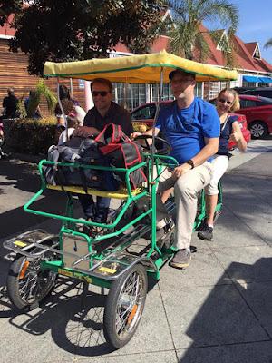 Sykkel med to seter foran og to bak.