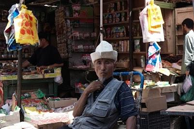 Entspannter Händler mit traditionellem kirgisischen Filzhut