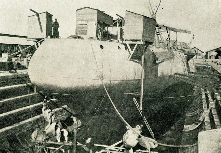 Crucero PRINCESA DE ASTURIAS. Colocacion de las helices. Foto de la revista EL MUNDO NAVAL ILUSTRADO. Año 1898.jpg