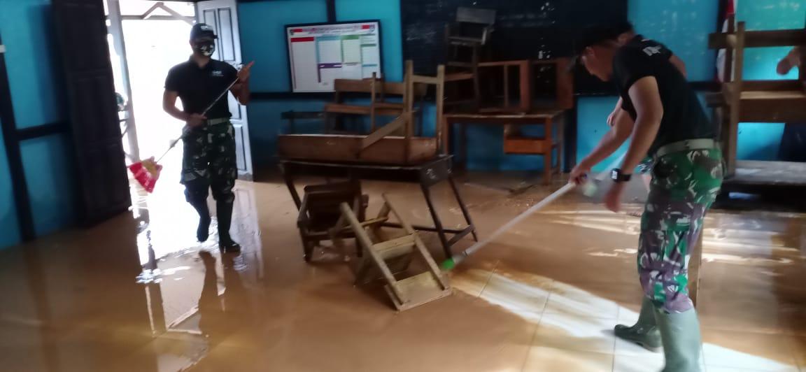 Personel Satgas Pamtas Yonif 642 Bersama Warga Bersihkan Sampah dan Lumpur Pasca Banjir