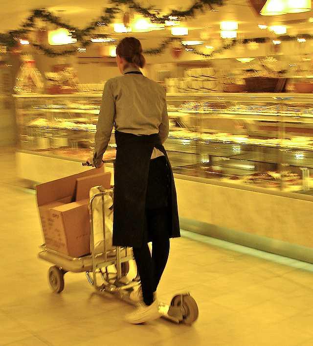 trottinette de marchandises en action dans un supermarche