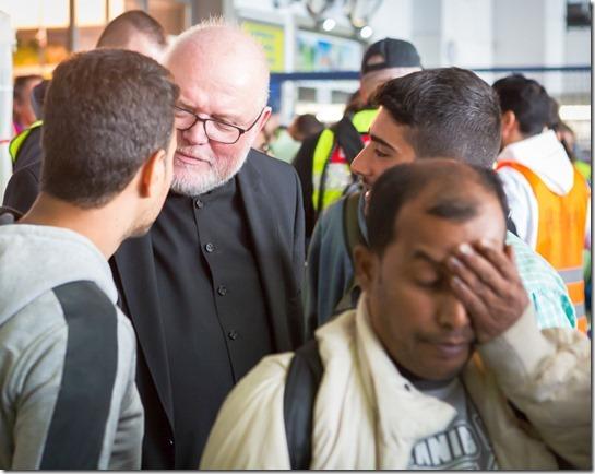 Kardinal ohne Kreuz am Münchner Bahnhof
