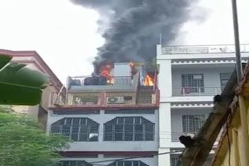 पटना में घर की छत पर बने मोबाइल टावर में लगी आग, दमकल की पांच गाड़ियां पहुंची