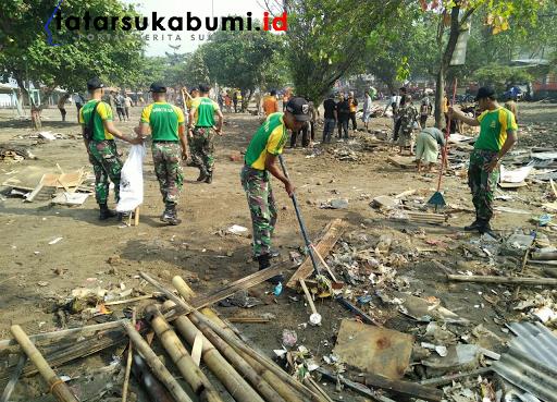 Pasca Banjir Rob Hantam Palabuhanratu, TNI Bersihkan Puing Reruntuhan