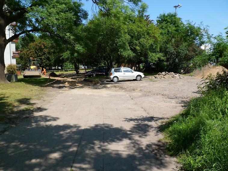 Tutaj także będą potrzebne separatory. Jak na razie - koniec placu budowy. DDR dochodzi do granicy parku, przez który ma przebiegać i łączyć się przy skrzyżowaniu Pabianicka/Jana Pawła II z istniejącą już DDR, biegnącą na wchód, zachód i południe.
