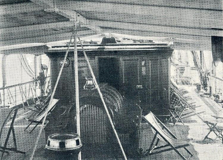 Salón de fumar sobre cubierta. Revista Vida Marítima. 1906.JPG