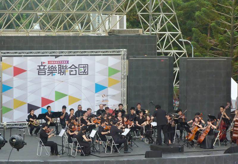L orchestre joue La vie en rose...