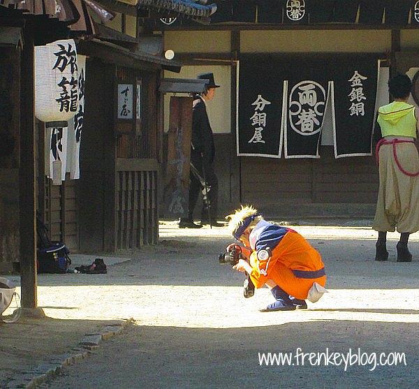 Naruto lagi ngintip Sakura di seberang haha..
