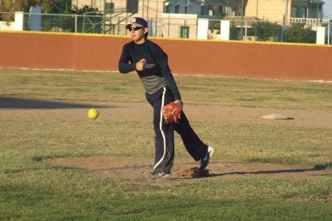 Adrián Leal de Maypa Trucking en el softbol sabatino