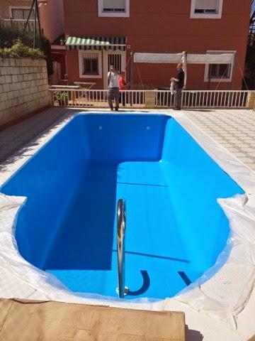 Alba piscinas com construccion de escalera de obra de for Bordillo piscina