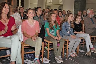 Photo: Oversteek van de oudste groep van de Kindernevendienst naar het jeugdwerk voor jongeren. Grote of Barbarakerk te Culembrog, 3 en 10 juli 2016. Foto's: Dik Hooijer. - Hier wordt gekeken naar een mooi filmpje waarin de overstekers zichzelf voorstellen.