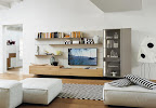 mobili moderni da soggiorno Lampo rovere nodato con boiserie laccata, vetrina con luci, tv appesa.jpg