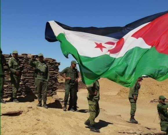 Izan las banderas de la RASD sobre la cabeza de soldados marroquíes junto a la brecha ilegal en M'heris, norte del Sáhara Occidental.