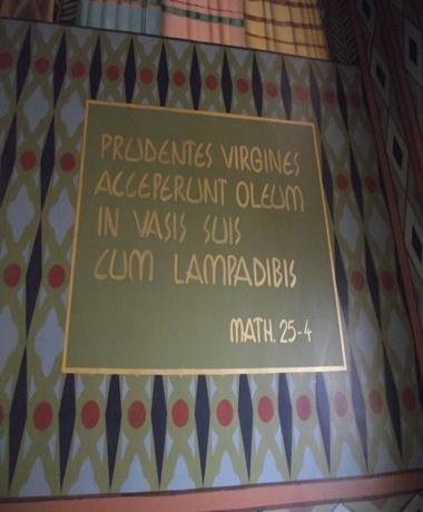 """Tradução: """" As virgens prudentes pegaram o óleo nos seus vasos para a lâmpada"""" Erro de grafia: """"lampadibis"""", que significa """"lâmpada"""" se escreve """"lampadibus""""."""