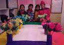 creadora de flores con ayudantes