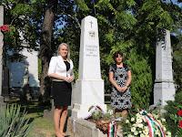 04 Novák Mónika, a Czuczor Gergely Alapiskola igazgatónője és helyettese,Krošlák Olga a felújított sírhelynél.JPG