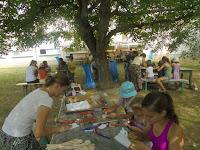A gyermektábor lakói alkotnak a Csongrády Lajos Alapiskola udvarán 1.JPG