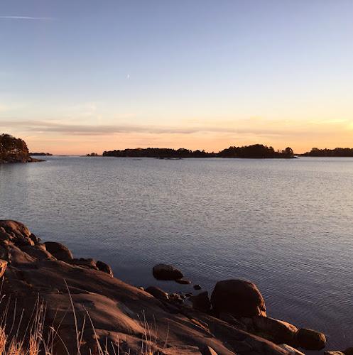 Auringonlasku meren rannalla Helsingissä