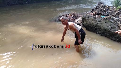 Ojit menunjukan lokasi tempat temu bayi di Sungai Cicatih // Foto : Isep Panji
