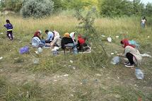 Uprchlice z Afghánistánu se svými dětmi obědvají v opuštěné cihelně v Subotici. (Foto: Iva Zímová pro ČvT)