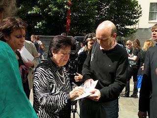 Наталья Королева дает автограф