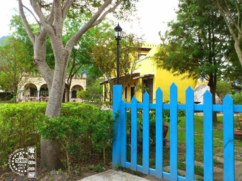 藍色圍欄把走道封起來了-mofa cafe