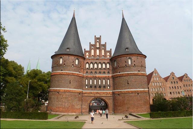 Puerta de Holsten (Holstentorm) vista desde el campo