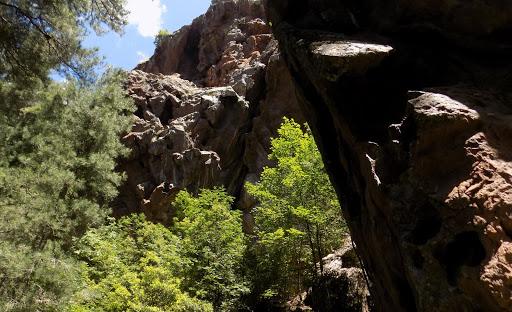 Les surplombs rocheux environnant la bergerie de la Cavichja