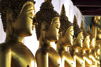 Photo: a row of meditative Buddhas in Wat Phra Sri Rattana Mahathat