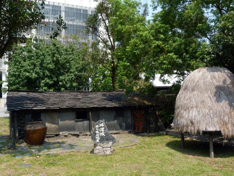 Dans la cour de cette université, maison aborigène