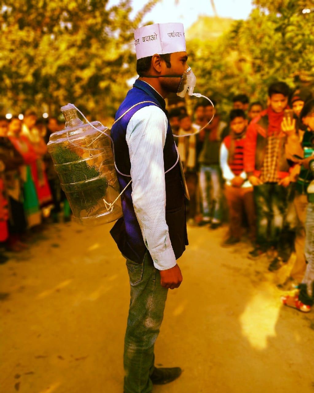 बिहार के युवा राजेश कुमार सुमन नाक में ऑक्सीजन मास्क और पीठ पर पौधा लादकर विश्व पटल पर पर्यावरण जागरूकता का अलख जगा रहे हैं।