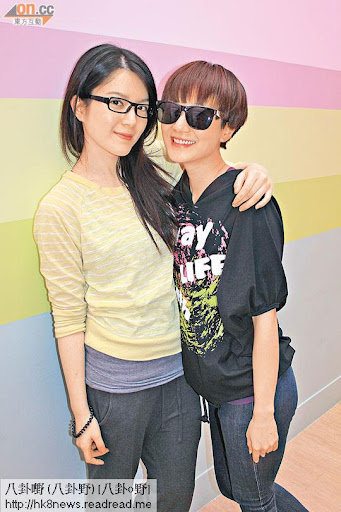苟芸慧(左)與王君馨拍檔演繹夏日舞姿。