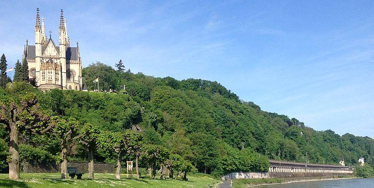 Kirche St. Apollinaris über den Höhen des Rhein in Remagen