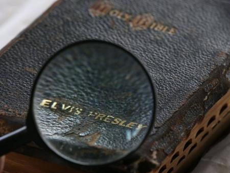 Izsolīta Elvisa Bībele