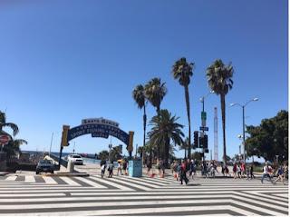 Portal over inngangen til brygga som sier «Santa Monica», samt noen ord om hva man kan gjøre der.