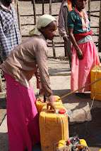 Za 25 litrů vody se většinou platí 50 centů. V přepočtu tak 50 litrů vody stojí zhruba 1 Kč. (Foto: Monika Ticháčková)