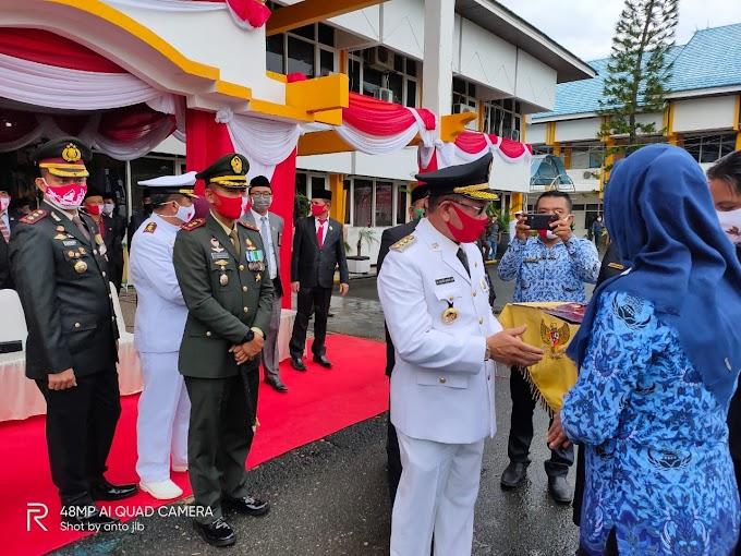 Di HUT RI ke 75 Pemkab Kotabaru Beri Penghargaan ke PNS