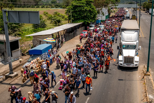 A caravan of 1,200 migrants clears the first immigration checkpoint in Chiapas, Mexico, 30 March 2018. Organized by a group of volunteers called Pueblos Sin Fronteras, or People Without Borders, the caravan is intended to help migrants safely reach the United States, bypassing not only authorities who would seek to deport them, but gangs and cartels who are known to assault vulnerable migrants. Photo: Luc Forsyth / BuzzFeed News