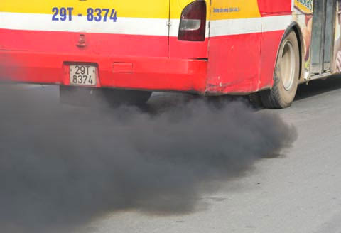 Không khí ô nhiễm do xe buýt xả khói