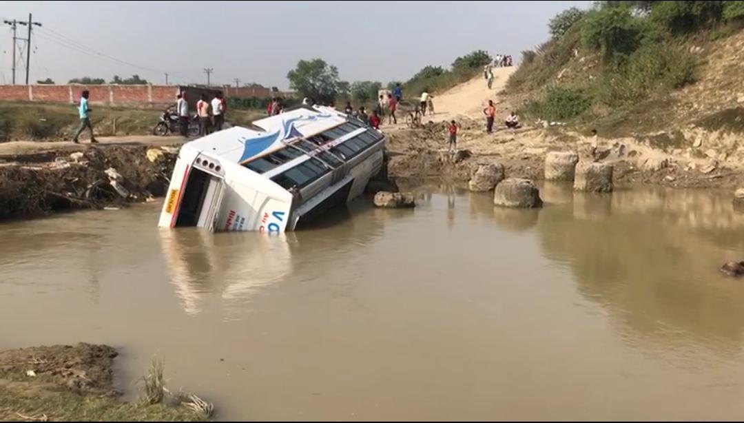 यात्रियों से भरी बस धर्मावती नदी में पलटी, एक की मौत 5 घायल।