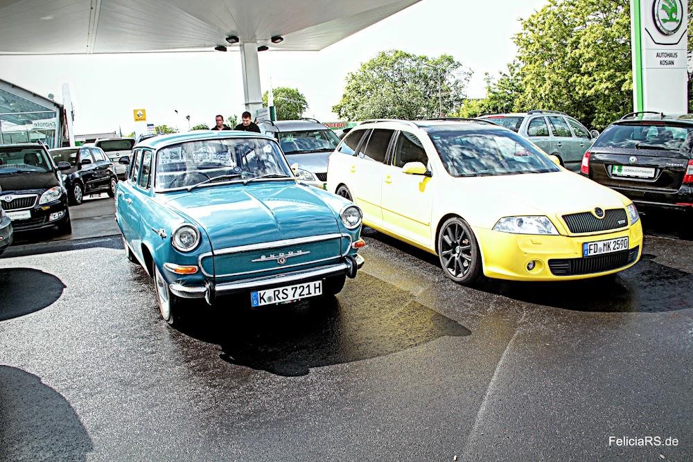 Schön wenn etwas Farbe ins Spiel kommt. Lucie und Rapos Raketenpost auf dem Parkplatz des Autohaus Kosian