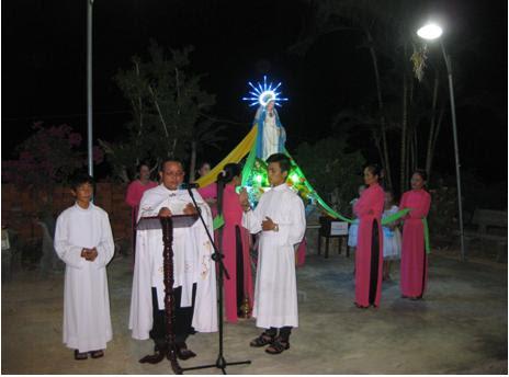 Giáo xứ Vĩnh Hải (Cù Hin) kiệu Đức Mẹ khai mạc tháng Mân Côi