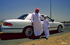 Un père de famille saoudien conduit son fils à l'école
