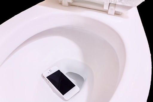 sự cố khi điện thoại bị rơi xuống nước
