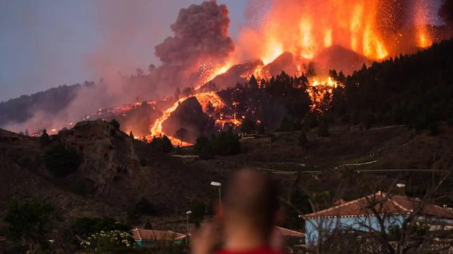 España: El volcán de La Palma arrasa un centenar de casas y un colegios