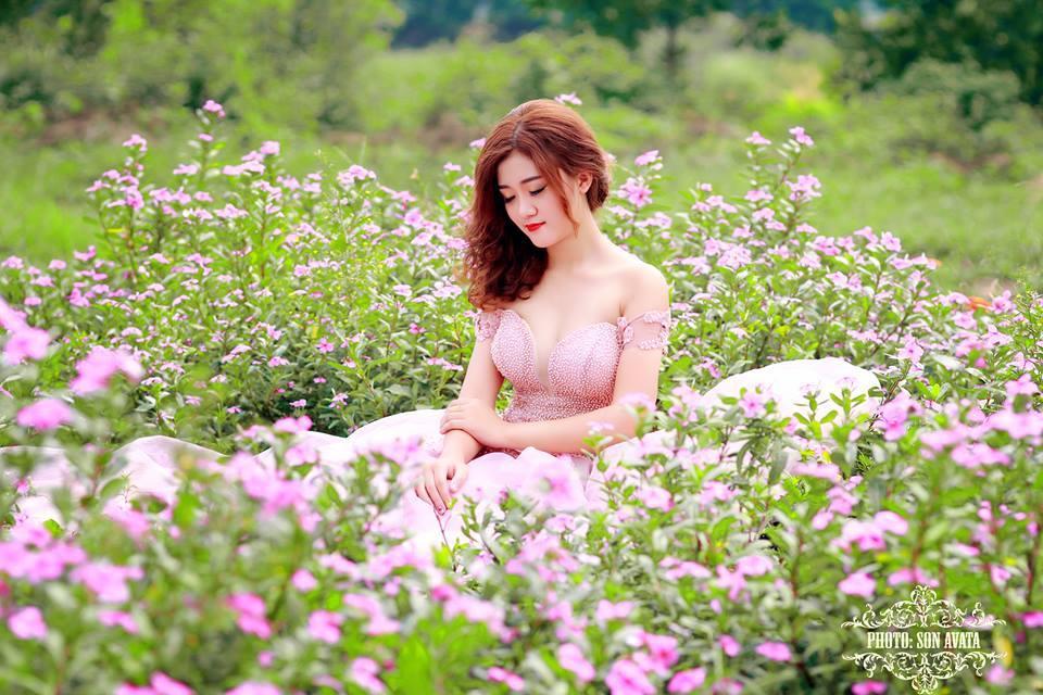Girl xinh mặc váy hồng