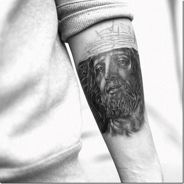 tatuaje_realistica_de_la_cara_de_jesucristo_en_el_brazo