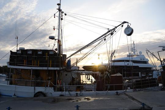 Fischerboot und Luxusyacht in Zadar